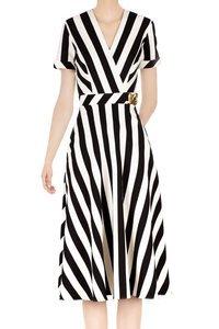 Modna sukienka damska w czarno-białe pasy